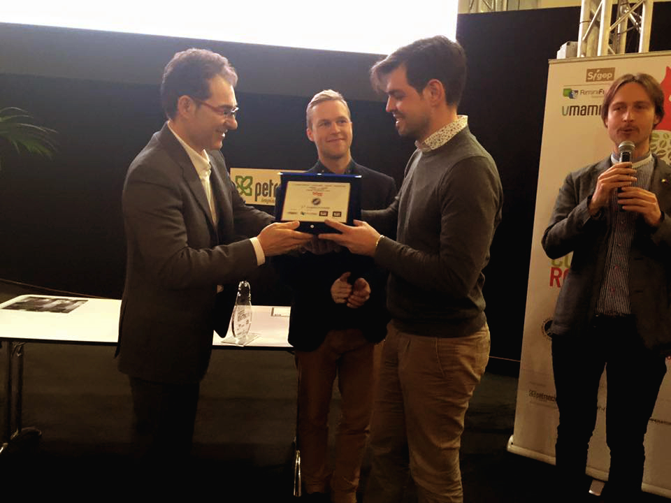 "Roberto Pedini delivers the prize of ""Best Italian Roaster"" to Rubens Gardelli"